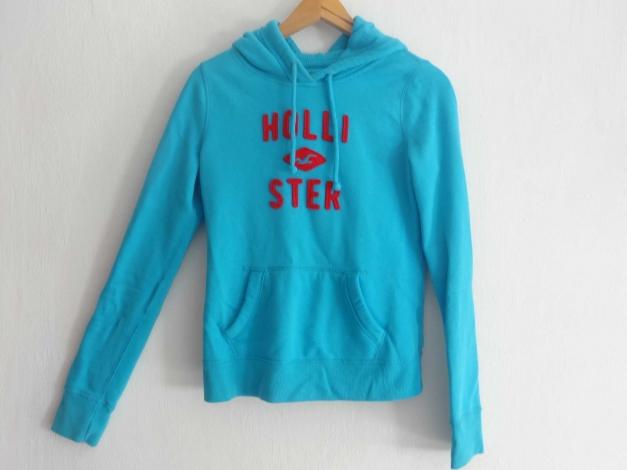 b9861d83ec Hellblauer Hoodie von Hollister mit rotem Schriftzug :: Kleiderkorb.at