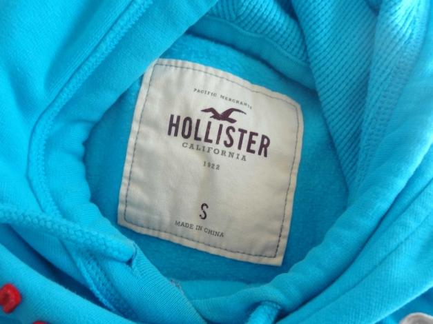 5d84836034 Hellblauer Hoodie von Hollister mit rotem Schriftzug Hellblauer Hoodie von  Hollister mit rotem Schriftzug ...