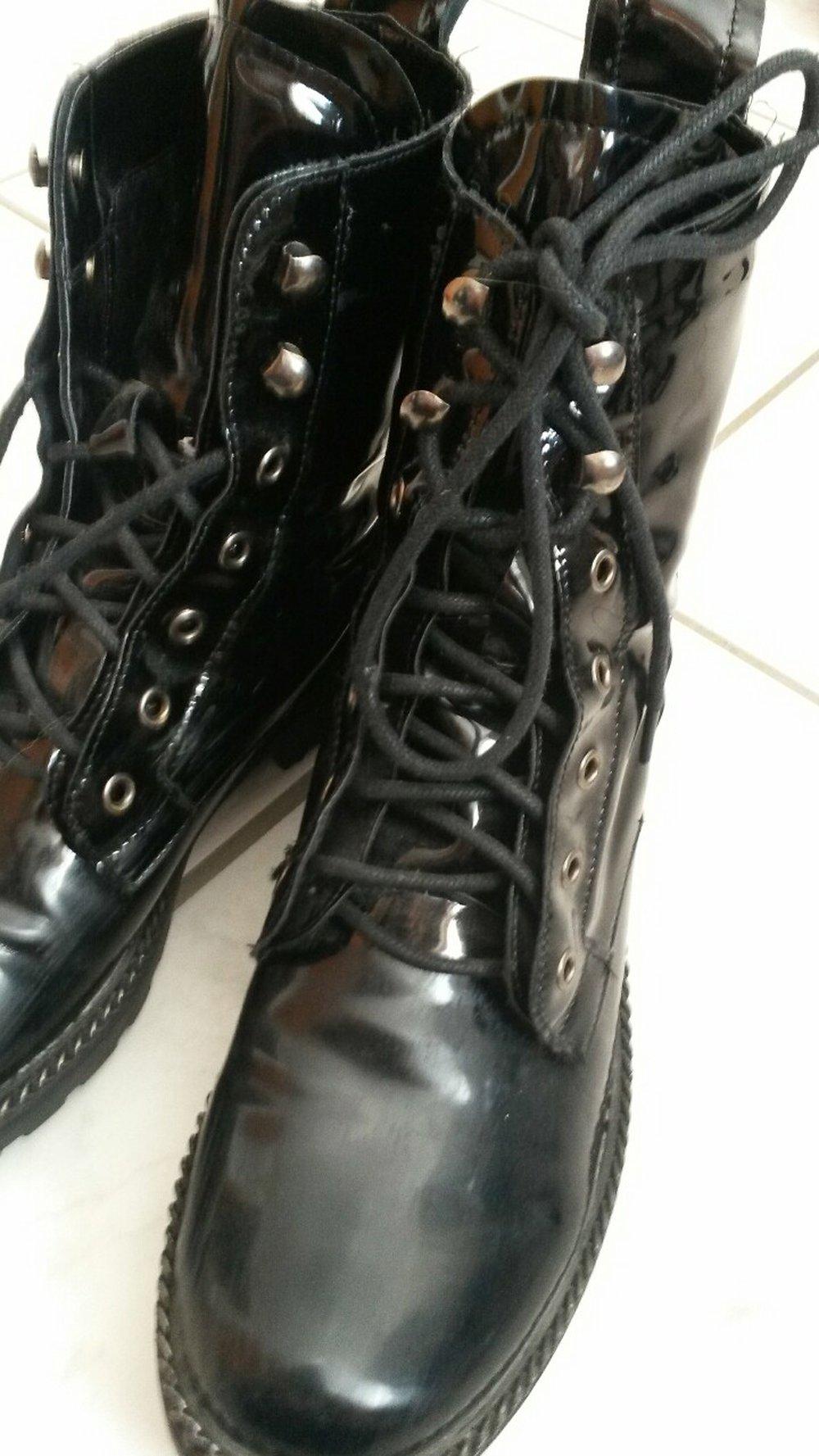 new style a4073 9f952 glänzende Boots von BooHoo