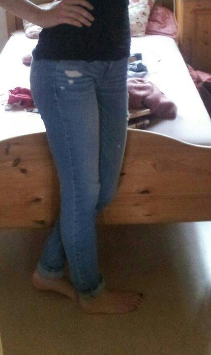 2102f442a102 Enge Hollister-Jeans mit Löchern    Kleiderkorb.at