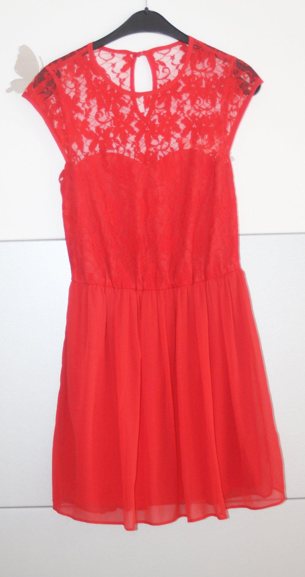 Rotes kleid aus spitze