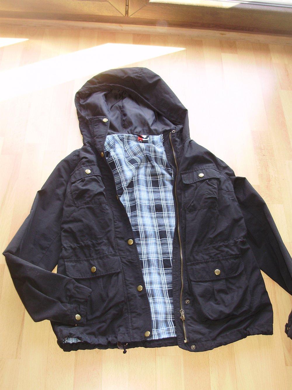 H&M Jacke schwarz leicht gefüttert viele Taschen Kapuze Gr S wie neu